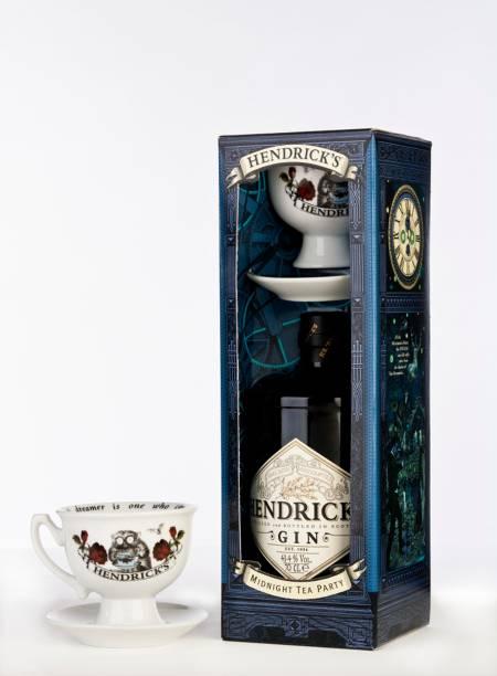 """Caixa Handricks Midnight Tea Party, com uma garrafa de gin, xícara e pires, R$ 194,00, na <a href=""""http://www.casaflora.com.br/"""" rel=""""Casa Flora"""" target=""""_blank"""">Casa Flora</a>"""