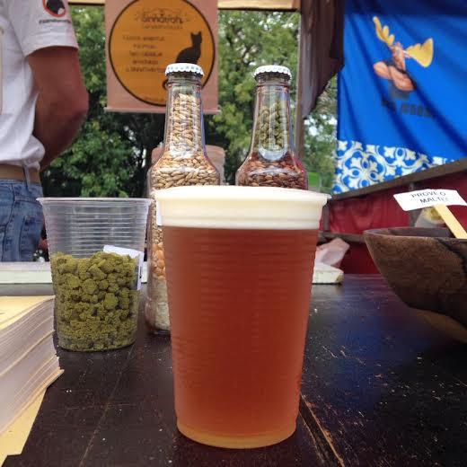 Cerveja é cultura: a barraca Sinnatrah ensina a fazer cerveja artesanal e serve uma IPA German Pilsen por R$ 5,00