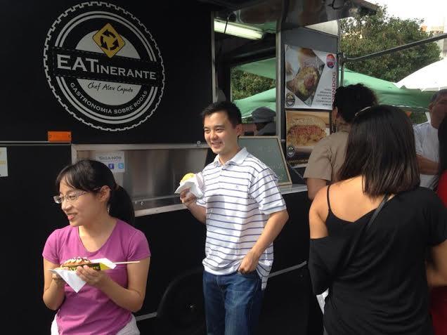 EATinerante: fila para comer corn dog, uma salsicha com catupiry empanada na massa de milho, por R$ 10,00