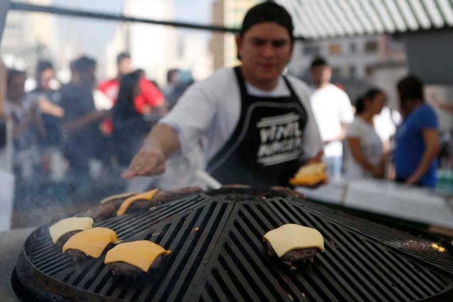 Um dos expositores dO Mercado foi o Vinyl Burger, que prepara os bifões em uma grelha giratória