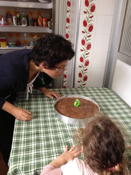 Aniversários dos funcionários nunca passam em branco. Em muitos deles, Estela, filha de Paula e Eduardo, está presente