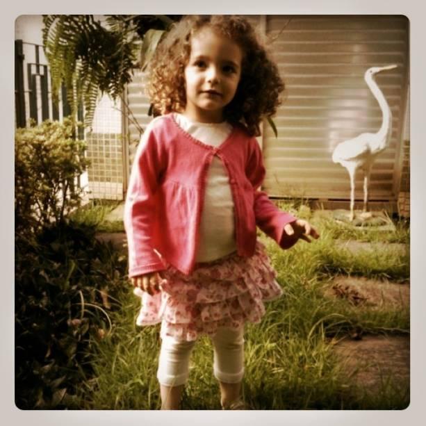 Brincadeira no jardim ultrapassou gerações: Antes cenário da diversão de Eduardo, o local é ocupado pela filha, Estela