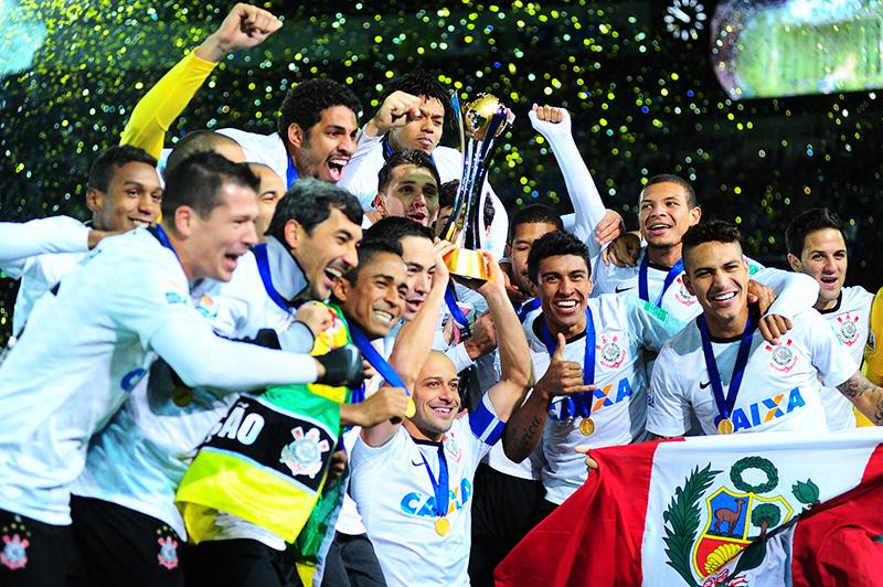 O time comemora com a Taça do Mundial de Clubes da FIFA