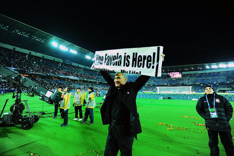 """O técnico Tite ergueu a faixa """"The Favela is Here"""""""