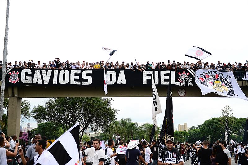 A escola de samba Gaviões da Fiel comandou parte da festa do Timão