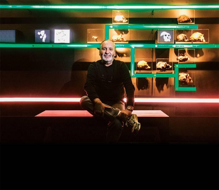 O curador Walter Neves: investimento de 620 000 reais na mostra, onde são apresentadas réplicas de esqueletos e ossos dos nossos antepassados