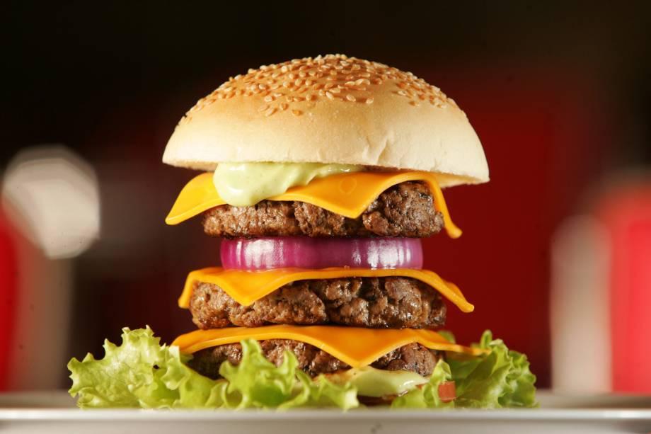 Lanches gigantes na Wells: o triple burger equilibra três hambúrgueres de 100 gramas