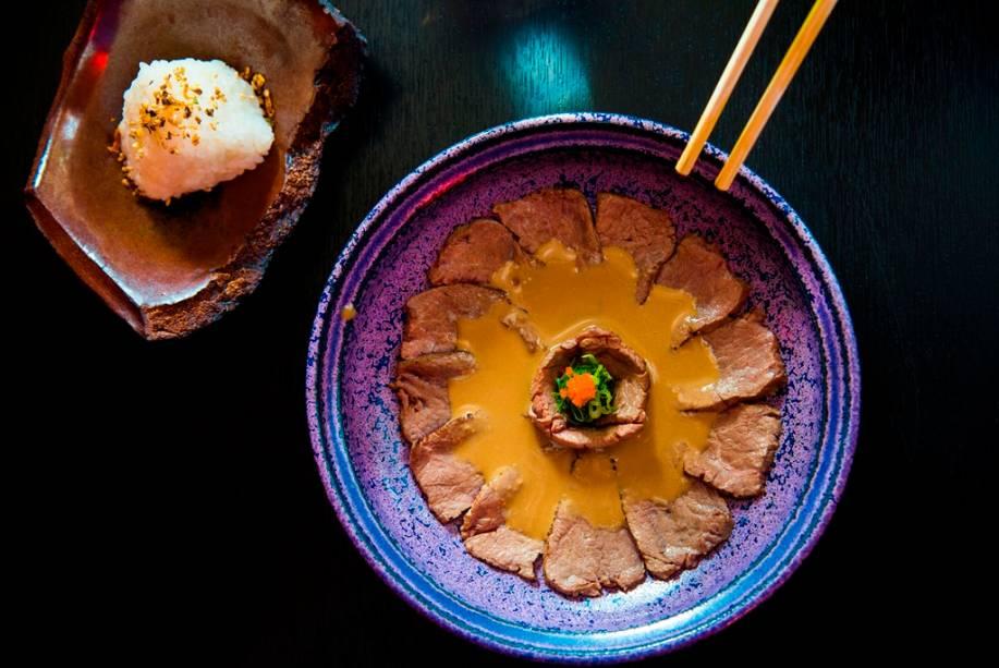 Entre os pratos quentes do Nosu, há uma versão diferentona do shogayaki de carne