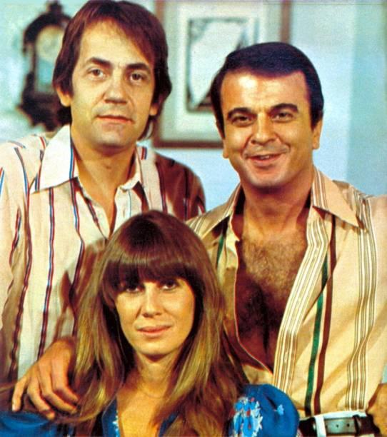 """A atriz entre Paulo José e Armando Bógus nas gravações """"O Casarão"""" (1976)"""