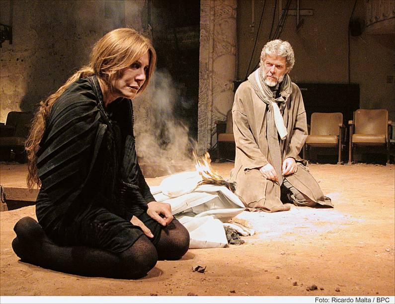 """Com José Mayer na peça """"Medeia"""" (2004), de Eurípedes: direção de Bia Lessa"""