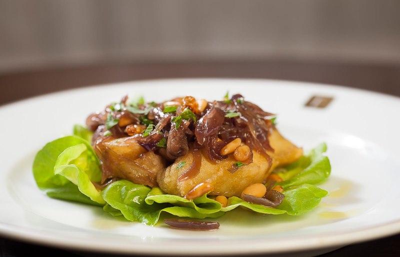 Merluza marinada com cebola-roxa, pinhole e uva passa do Fasano