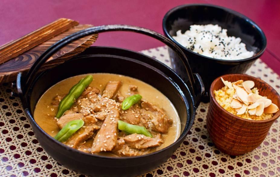 Frango ao curry amarelo acompanhado de cuscuz marroquino e arroz do Marakuthai