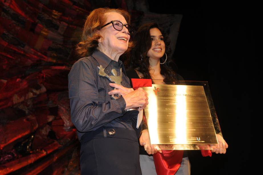 Inauguração do Teatro Cleyde Yáconis: artista com a placa que leva seu nome