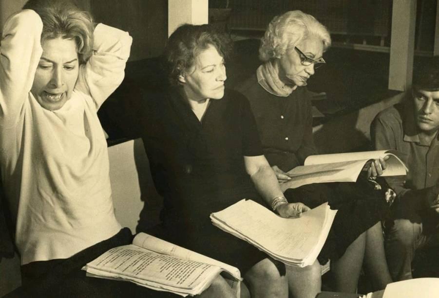 Cleyde Yáconis, Elza Gomes, Antonia Marzullo e Ênio Gonçalves durante leitura da peça Toda Nudez Será Castigada, em 1965