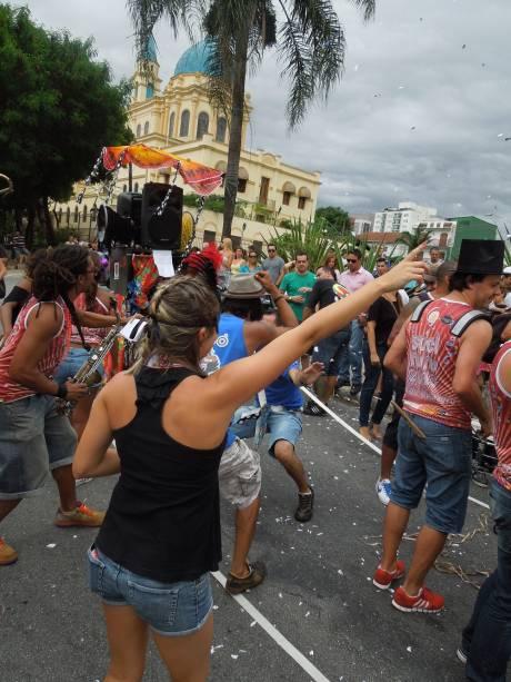 Animação: jovens se reúnem para o Carnaval do bairro
