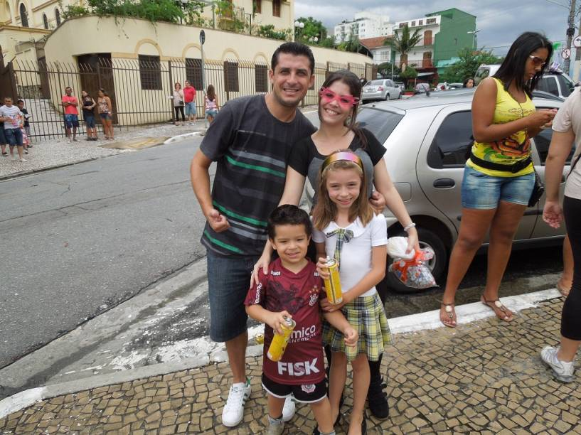 Adultos e crianças: Rodrigo Donato e Amanda Campregher levaram os sobrinhos para curtir a folia