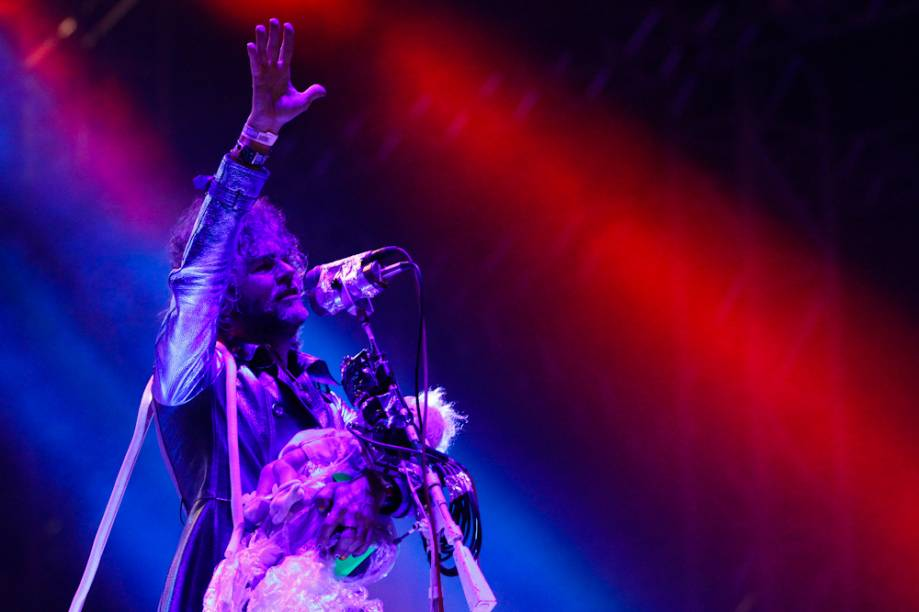 Flaming Lips: o vocalista Wayne Coyne ninando um bebê de plástico