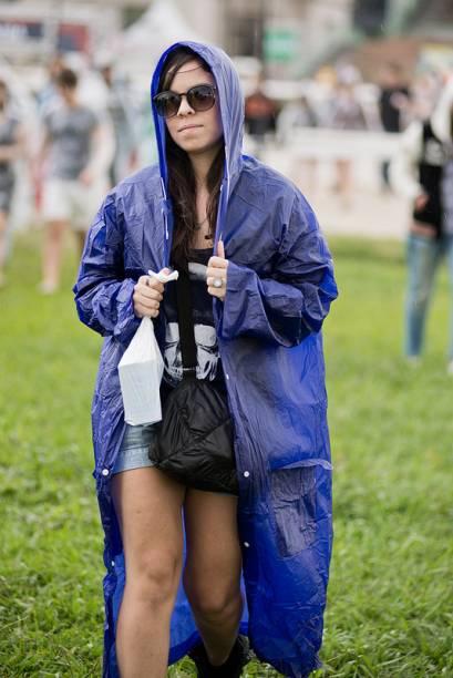 Chuva e lama: público se protege com capas