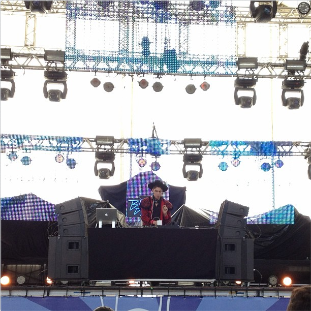 No palco Perry, o DJ Boss in Drama dá início às apresentações do Lollapalooza nesta sexta
