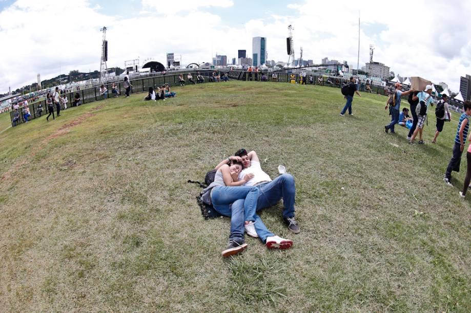 Casal à espera o início do festival na tarde de sexta (29)