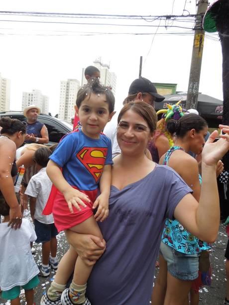 Super folião: Mariela Alvarenga e o filho Pietro vieram de Franco da Rocha para pular Carnaval
