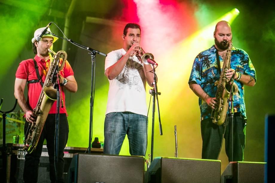 A banda que acompanha o cantor Criolo no 2º dia do Lollapalooza 2013