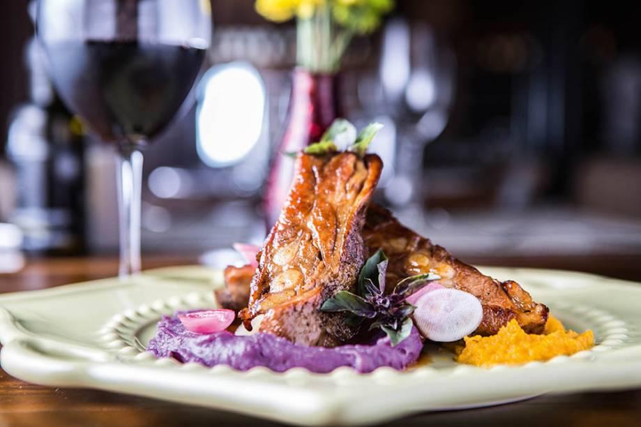 Costela de porco com purês de cenoura e batata-doce roxa: novidade da <em>A Esperança</em>