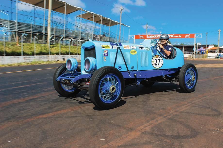 O Lincoln do Piquet: o ex-piloto domina a competição com seu modelo V8 de corrida