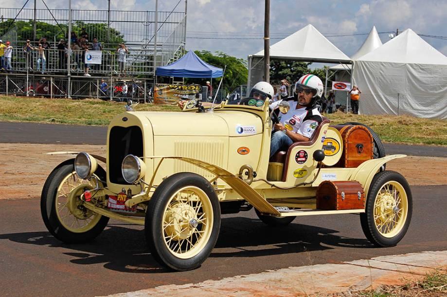 """Ford Speedster 1928: um quatro-cilindros """"turbinado"""" à moda antiga. Corre na categoria speed"""
