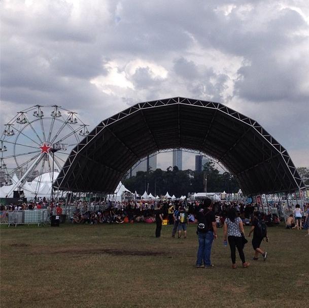 Visitantes procuram locais de sombra para fugir do calor no 2º dia do Lollapalooza 2013