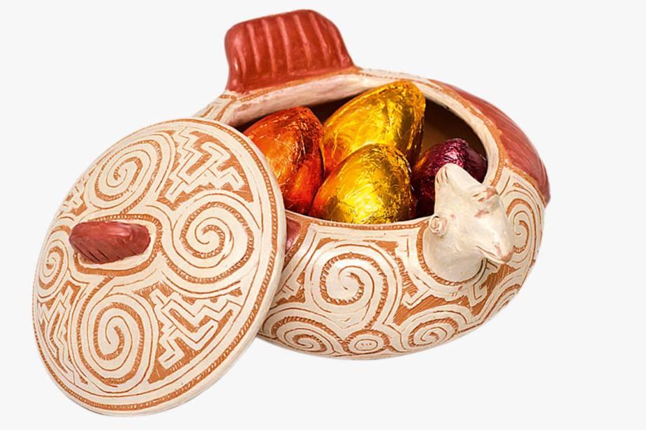 Galinha de cerâmica com bombons em sabores como cupuaçu e açaí: R$ 105,00