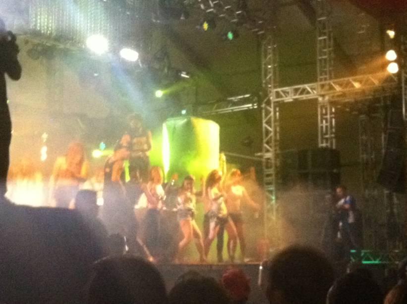 Garotas invadem palco em show de Major Lazer