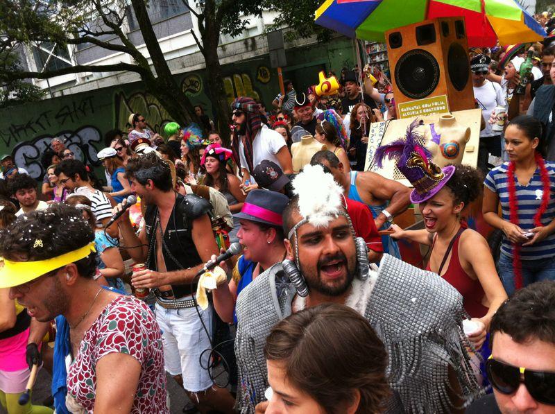 No bloco, marchinhas de carnaval e músicas autorais do João Capota na Alves