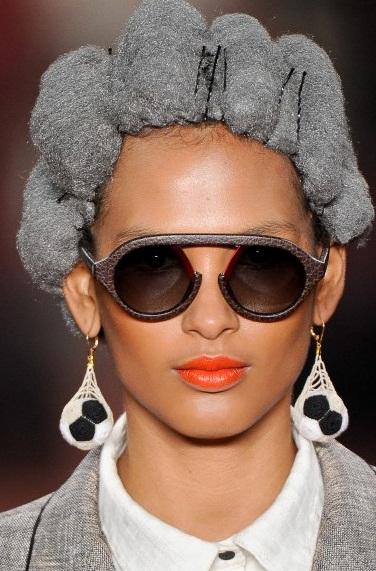 Ronaldo Fraga: modelos usam peruca de bombril em desfile