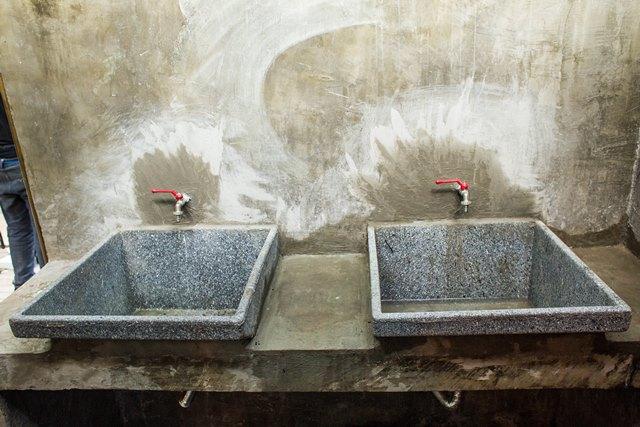 Espaço do Desmanche: pias de concreto dão o ar de pátio de desmanche nos banheiros