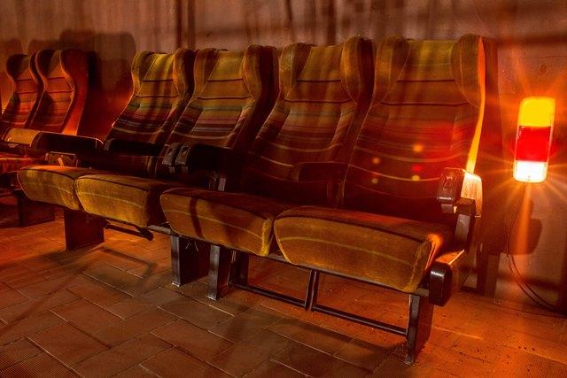 Espaço Desmanche: poltronas de um ônibus antigo servem de descanso na área dos fundos