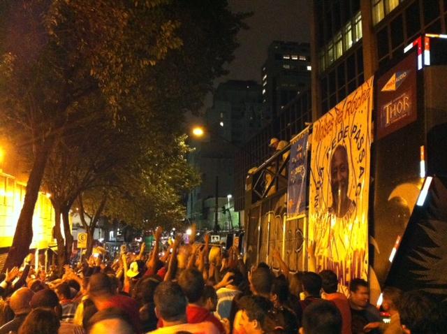 Multidão ganhou camisetas e cerveja de graça no bloco