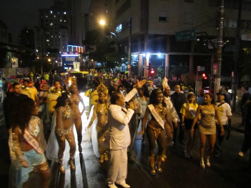 Candinho, ao centro, de branco, anima o público entre musas e princesas da Banda