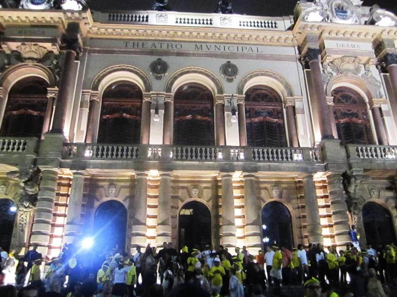 Na metade do percurso, o bloco fez uma pausa no Teatro Municipal, cujas escadas foram tomadas pela multidão
