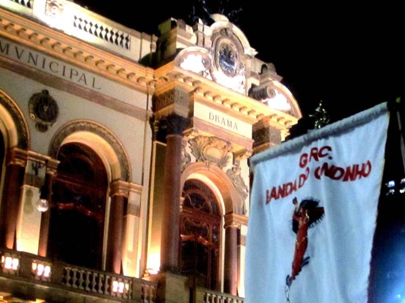 Detalhe da bandeira do Bloco do Candinho, durante pausa no Teatro Municipal