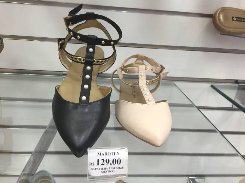 Sandália com tachos (de 129 reais por 64,50 reais)