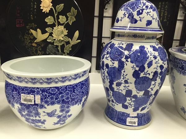 Cachepó de porcelana (650 reais) e pote de porcelana (590 reais)