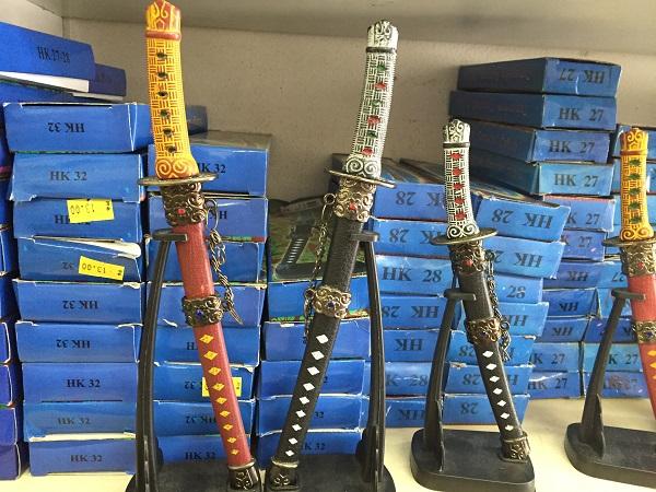 Espada miniatura (de 11,50 a 23 reais)