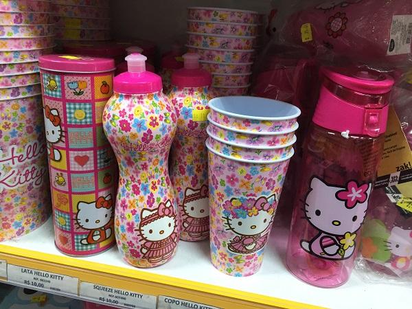 Garrafas e copos da Hello Kitty (de 10 a 38 reais)