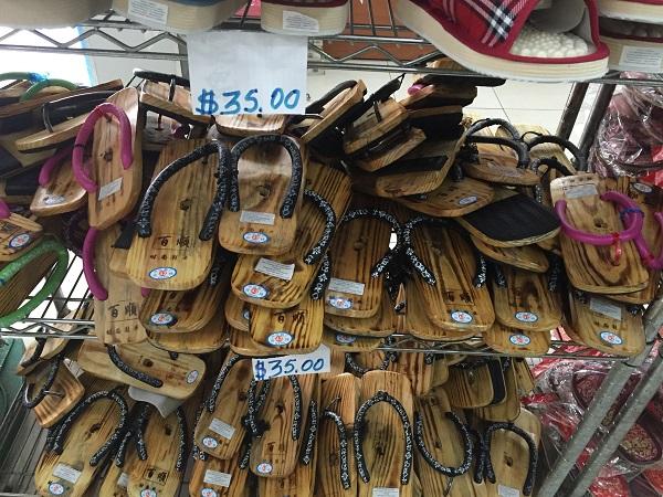 Chinelo de madeira (35 reais)