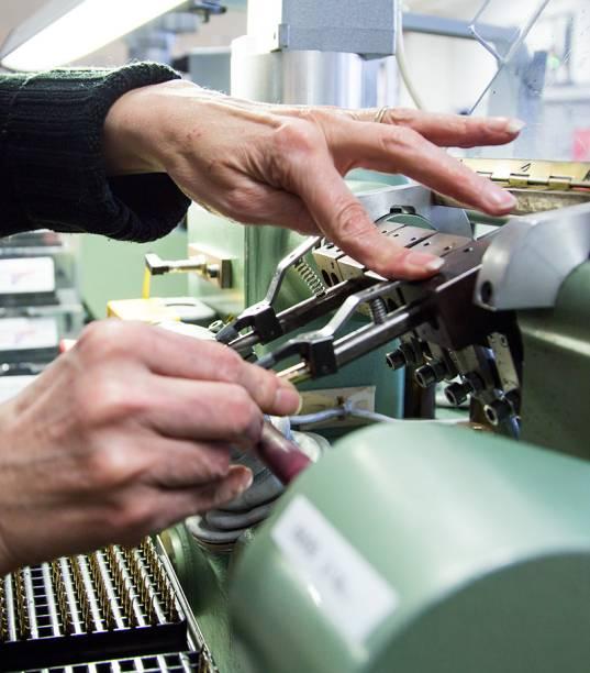 Das 100 etapas para a fabricação da tinteiro, 35 se concentram na precisão do bico: as máquinas utilizadas para gravar e arredondar a ponta de irídio não aposentaram o controle de qualidade artesanal, que envolve o uso de lupas e de litros de tinta sobre o papel branco para sentir o conforto da pena