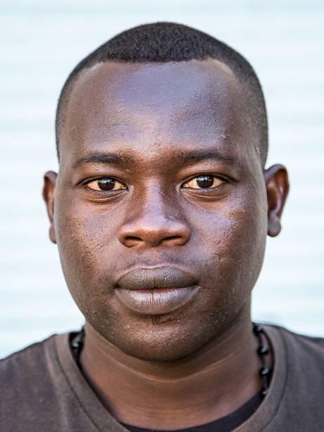 Refugiados africanos em Paris: retratos no estilo 3x4 ganham uma dimensão especial ao serem ampliados em formato de 80 por 60 centímetros
