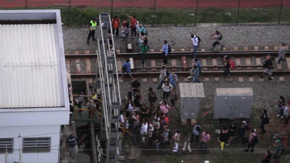 Passageiros caminham pela linha da CPTM próximo à estação Pinheiros
