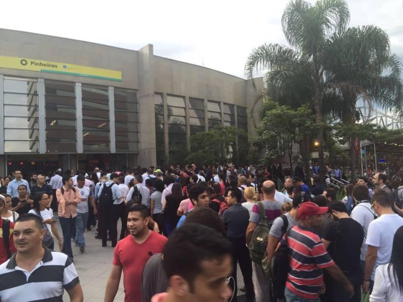 Tumulto em frente à Estação Pinheiros: falha técnica na linha do trem