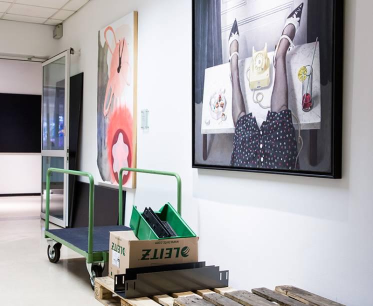 Na sede onde trabalham 400 pessoas: obras de arte comissionadas pela Fundação Montblanc convivem com a cena típica de fábrica